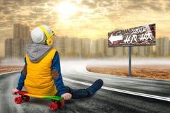 Jongen op een skateboard, vleet op de weg De kleine jongen in de stijl van Hiphop Jonge Rapper Koel tik DJ Kinderen` s manier Stock Afbeelding