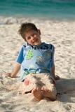 Jongen op een strand Royalty-vrije Stock Foto's