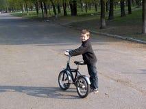 Jongen op fiets Stock Afbeeldingen