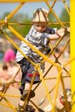 Jongen op gele kabels Stock Afbeeldingen