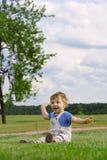 Jongen op het gras Royalty-vrije Stock Afbeeldingen