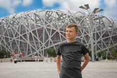 Jongen op het grondgebied van het Olympische Park in Peking Royalty-vrije Stock Foto's