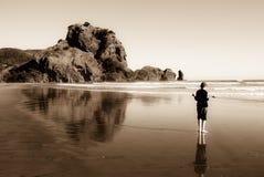 Jongen op het oceaan zwarte zandstrand Royalty-vrije Stock Foto's
