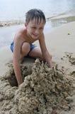 Jongen op het strand Stock Foto