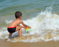 Jongen op het strand Stock Fotografie