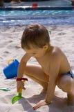 Jongen op het strand royalty-vrije stock afbeelding