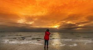Jongen op het strand in de Winter Stock Afbeelding
