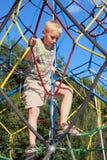 Jongen op kabels Stock Fotografie
