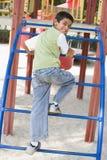 Jongen op klimrek Stock Foto