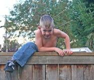Jongen op Omheining Royalty-vrije Stock Afbeeldingen