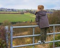 Jongen op poort royalty-vrije stock afbeeldingen