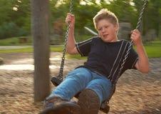 Jongen op schommeling Stock Fotografie