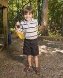 Jongen op schommeling. Stock Fotografie