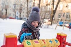 Jongen op speelplaats in de winter Royalty-vrije Stock Afbeelding