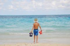 Jongen op strand het spelen in het zand Stock Afbeelding