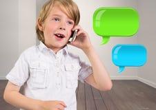 Jongen op telefoon met twee glanzende praatjebellen Royalty-vrije Stock Foto