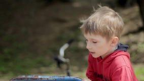 Jongen op vrolijk-gaan-rond in park carrousel stock videobeelden