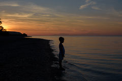 Jongen op zonsondergang royalty-vrije stock fotografie