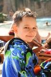 Jongen op zwembad stock afbeeldingen