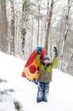 Jongen in openlucht in de sneeuw Stock Afbeeldingen