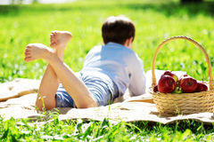 Jongen in park Stock Fotografie