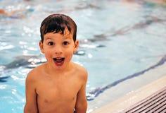 Jongen in pool 1 stock afbeeldingen