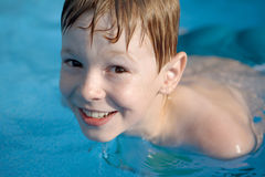Jongen in pool Stock Foto's