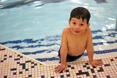 Jongen in pool 4 stock afbeeldingen