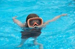 Jongen in pool Royalty-vrije Stock Afbeeldingen