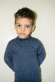 Jongen in pyjama's stock foto's