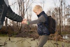 Jongen-reiziger met een rugzak Stock Fotografie