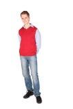 Jongen in rode jasje stellende handen erachter Stock Fotografie