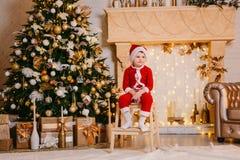 Jongen in Santa Claus-kostuum Royalty-vrije Stock Afbeelding