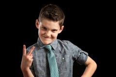 Jongen Smirking en het Maken van Vredesteken Royalty-vrije Stock Foto