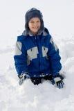 Jongen in Sneeuw   stock foto