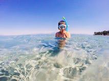 Jongen snorkeler klaar te duiken Stock Foto's