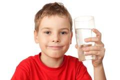 Jongen in sportenoverhemd met waterglas ter beschikking Royalty-vrije Stock Fotografie