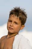 jongen in strandhanddoek Stock Fotografie