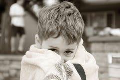 Jongen in strandhanddoek stock foto
