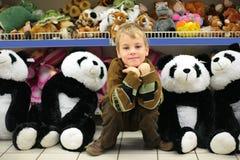 Jongen in stuk speelgoed winkel Stock Foto