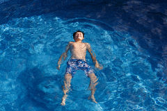 Jongen swimm in pool Stock Fotografie