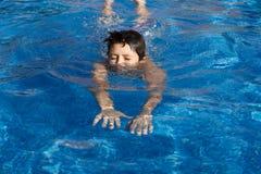 Jongen swimm in pool Royalty-vrije Stock Afbeelding