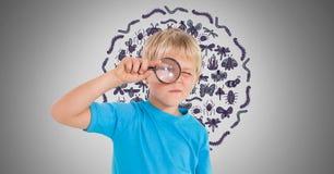 Jongen tegen grijze achtergrond met vergrootglas en insectenpatroon Stock Foto