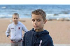 Jongen-tieners, broers, schooljongens Royalty-vrije Stock Foto