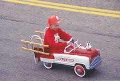 Jongen in Toy Fire-vrachtwagen in 4 de Parade van Juli, Cayucos, Californië Stock Afbeelding