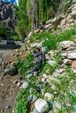 Jongen in Turtuk Viilage - Landschap van Nubra-Vallei in Leh Ladakh, Jammu en Kashmir, India royalty-vrije stock fotografie