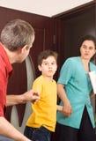 Jongen tussen zijn ouders Stock Foto's