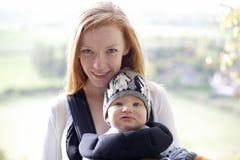 jongen van de 7 maand de oude baby en mum stock afbeelding