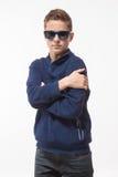 Jongen van de acteurs de donkerbruine tiener hipster in zonnebril Stock Foto's