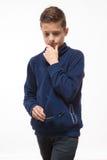 Jongen van de acteurs de donkerbruine tiener hipster in zonnebril Royalty-vrije Stock Foto's